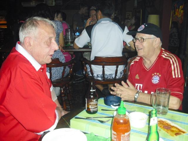Lothar im Gespräch mit Georg unser Schweizer FCB Freund.